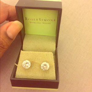 Gorgeous sterling silver Stud earrings.